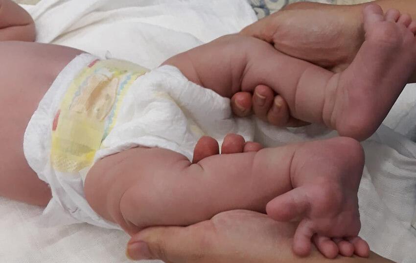 Ένα νεογέννητο μωρό με πάνα - Οργάνωση CHEERing  | YouBeHero