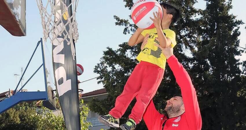 filoitoupediou.gr μπασκετμπολίστας παίζει μπασκετ με παιδί της οργάνωσης σε γήπεδο  | YouBeHero