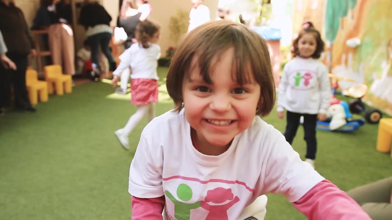 filoitoupediou.gr μικρά παιδιά παίζουν στο παιδικό σταθμό της οργάνωσης Φίλοι του παιδιού | YouBeHero