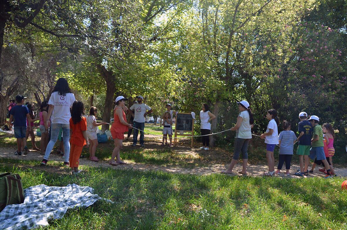 Παιχνίδι με σχοινάκι στην εξοχή με την βοήθεια των εθελοντών του Συλλόγου Αγκαλιά