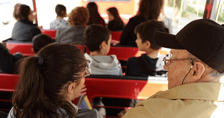 alzheimer-chalkida.org ηλικιωμένος με alzheimer συζητάει με παιδί σε λεωφορείο | YouBeHero