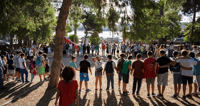alzheimer-chalkida.org ηλικιωμένοι και παιδιά παίζουν μαζί στην εξοχή | YouBeHero