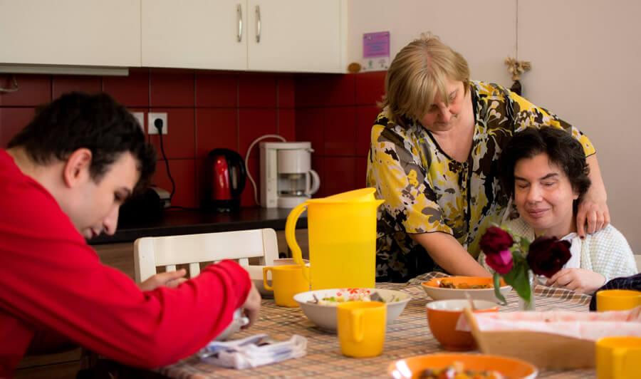 amimoni.gr άνθρωποι κάθονται σε ένα τραπέζι και τρώνε πρωινό στην κουζίνα | YouBeHero