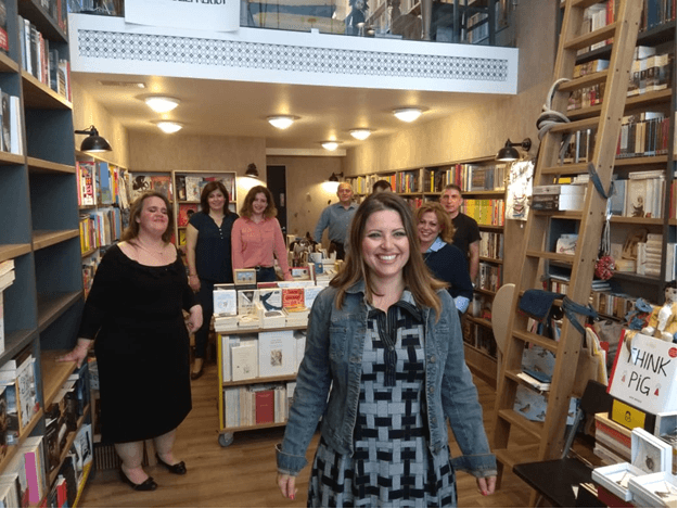 giatousallous.gr | η ομάδα του διαβάζω για τους άλλους σε βιβλιοπωλείο με πολλά βιβλία | YouBeHero