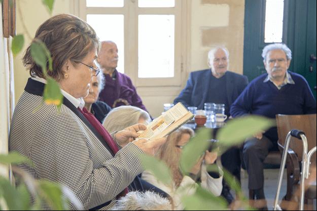 giatousallous.gr γυναίκα διαβάζει  βιβλία σε ηλικιωμένους ανθρώπους  | YouBeHero