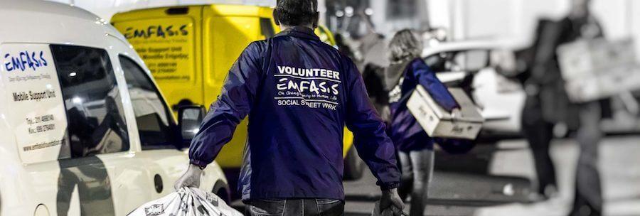 Εθελοντής της emfasisfoundation.org μεταφέρει σακούλες με ρούχα και τρόφιμα σε ευπαθείς ομάδες με τα ιδιόκτητα φορτηγάκια | YouBeHero
