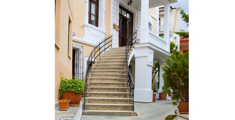 Ένωση Κυριών Δράμας - Σπίτι Ανοιχτής Φιλοξενίας σε νεοκλασικό κτήριο σκαλιά dlu.gr | YouBeHero