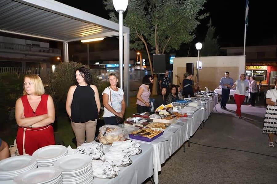 Ένωση Κυριών Δράμας - Σπίτι Ανοιχτής Φιλοξενίας_dlu.gr Τράπεζα τροφήμων, μαγειρεύουν για ευπαθείς ομάδες,  μεγάλο τραπέζι με μαγειρευτά φαγητά έξω | YouBeHero