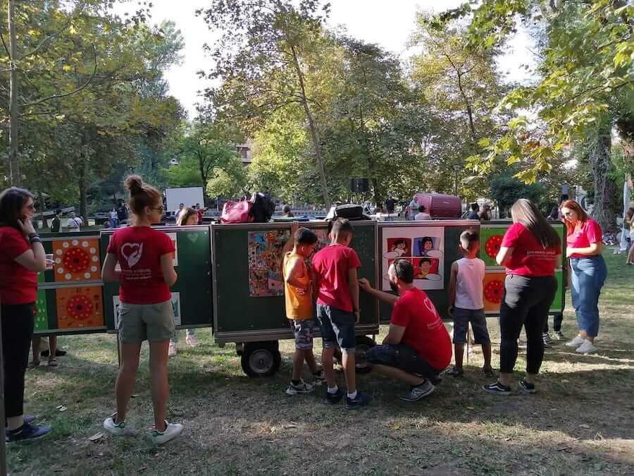 Ένωση Κυριών Δράμας - Σπίτι Ανοιχτής Φιλοξενίας_dlu.gr Στόχος της δράσης ήταν η γνωριμία με την κουλτούρα του πληθυσμού των προσφύγων που διαμένουν στην Ανοιχτή Δομή Φιλοξενίας, εξοχή δέντρα, παιδιά με κόκκινα φανελάκια| YouBeHero