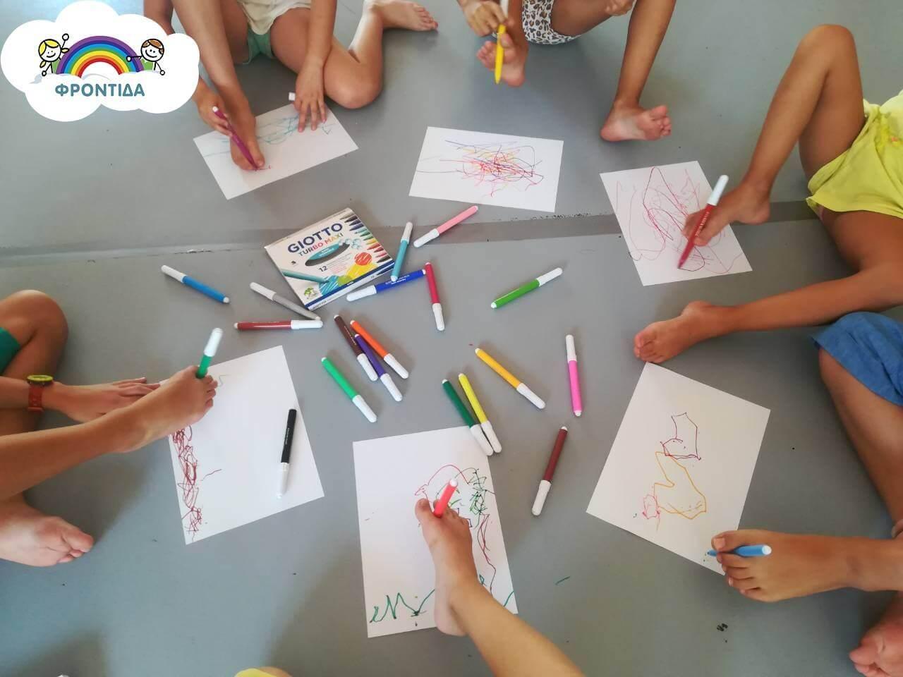 παιδιά ζωγραφίζουν με τα πόδια, χρώματα μαρκαδόροι | YouBeHero