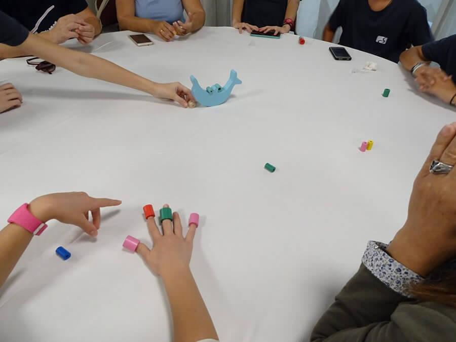 frodizo.gr άτομα 3ης ηλικίας σε στρογγυλό τραπέζι σε βιωματικό workshop με παιχνίδια  | YouBeHero