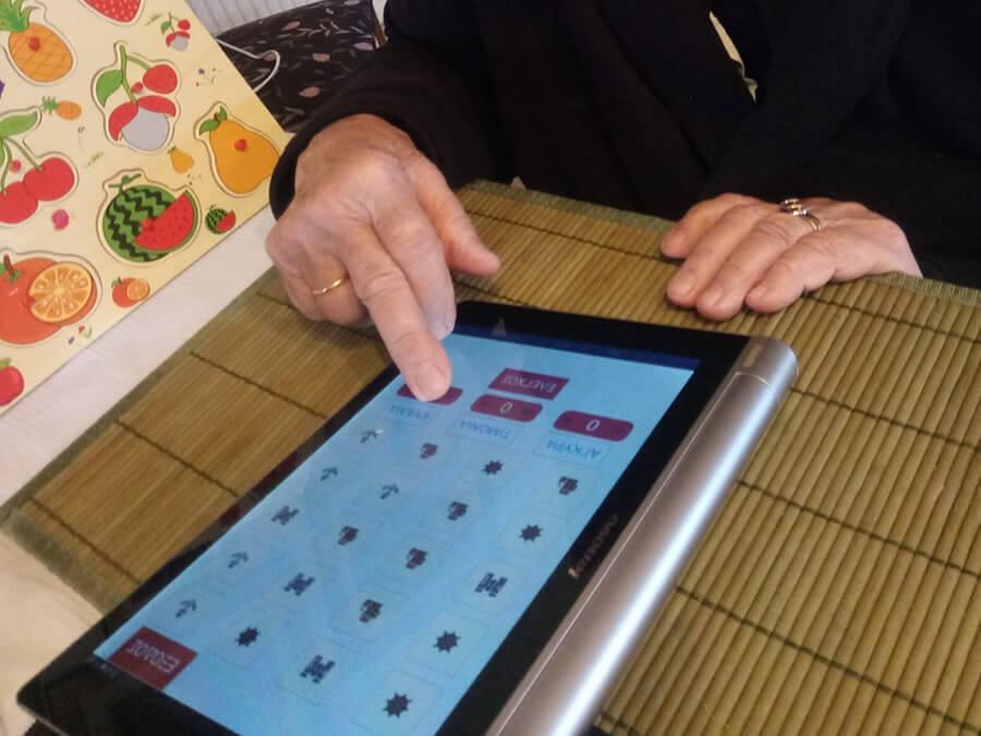 frodizo.gr ηλικιωμένη γυναίκα σε κατ'οίκον Συνηγορία για τη Σκλήρυνση κατά Πλάκας Φροντίζω την Μνήμη  | YouBeHero