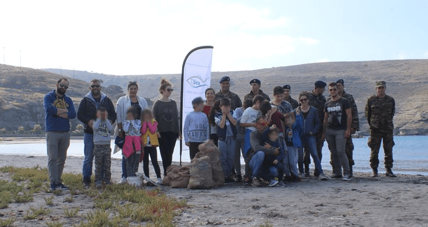 isea.com.gr δράση στην παραλία, παιδιά και στρατιωτικοί μάζεψαν σκουπίδια από παραλία | YouBeHero