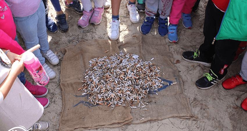 isea.com.gr μικρά παιδιά μάζεψαν χιλιάδες αποτσίγαρα από παραλία | YouBeHero