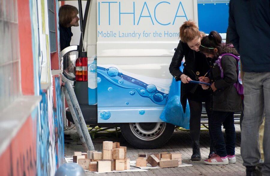ithacalaoundry.gr κινητό πληντύριο για άστεγους σε φορτηγό | YouBeHero