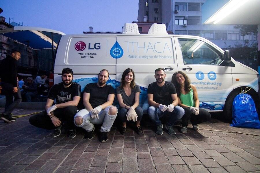 ithacalaoundry.gr κινητό πληντύριο για άστεγους σε φορτηγό η εθελοντική ομάδα ξεκουράζεται έξω από το φορτηγό  | YouBeHero