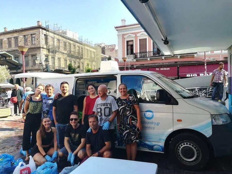 ithacalaoundry.gr κινητό πληντύριο για άστεγους σε φορτηγό με εθελοντές και ενδιαφερόμενους σε σημείο εξυπηρέτησης της οργάνωσης | YouBeHero