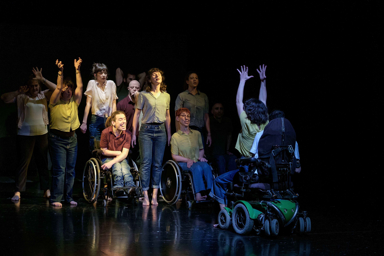 kymaprojrect χορός με ή χωρίς αναπηρίες, ειδικό αμαξίδιο πάνω στην σκηνή  | YouBeHero