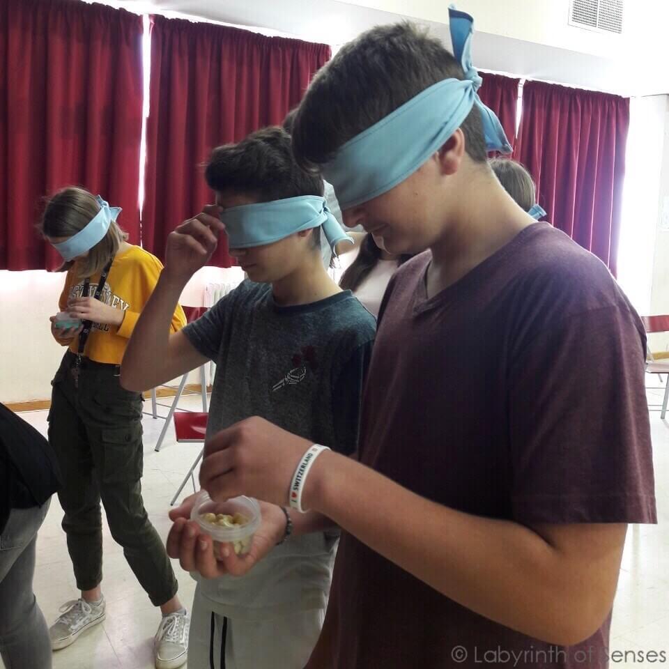 Labyrinth of Senses Νέα παιδιά disability workshop δεμένα μάτια | YouBeHero