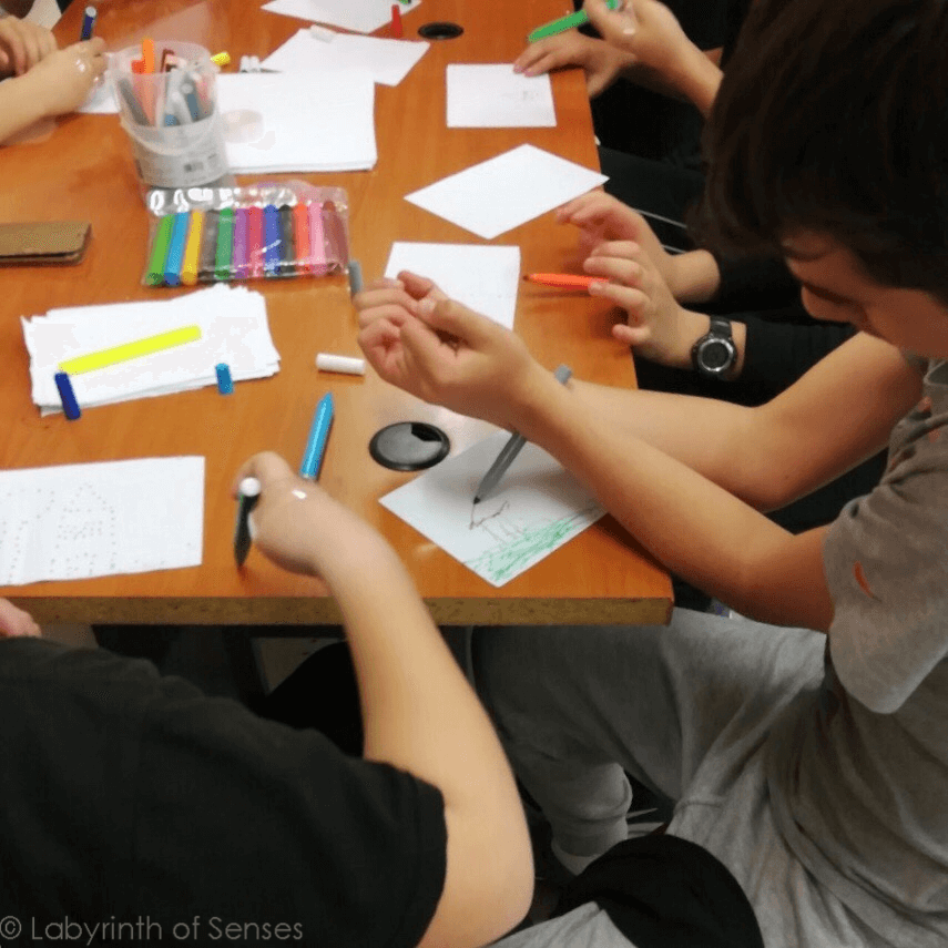 Labyrinth of Sense παιδιά ζωγραφίζουν με τους καρπούς τραπέζι χαρτιά μαρκαδόροι | YouBeHero