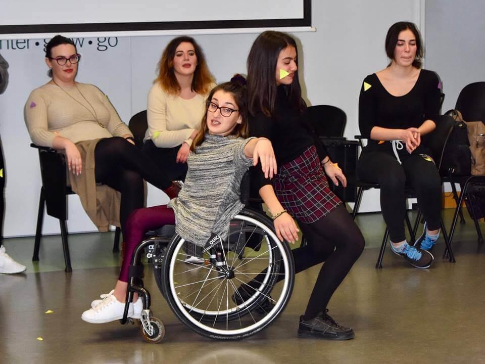 Labyrinthofsenses νεαρές κοπέλες χορεύουν ειδικό αμαξίδιο | YouBeHero