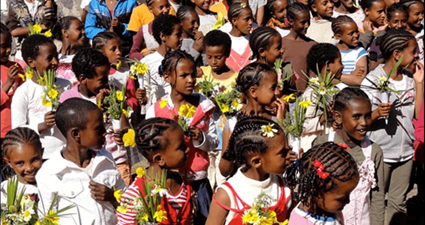 lalibela.gr παιδιά στην Αφρική κρατούν λουλούδια | YouBeHero