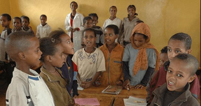 lalibela.gr παιδιά στην Αφρική στην τάξη κάνουνε μάθημα | YouBeHero