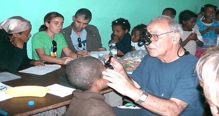 lalibela.gr οφθαλμίατρος εξετάζει παιδιά στην Αφρική | YouBeHero