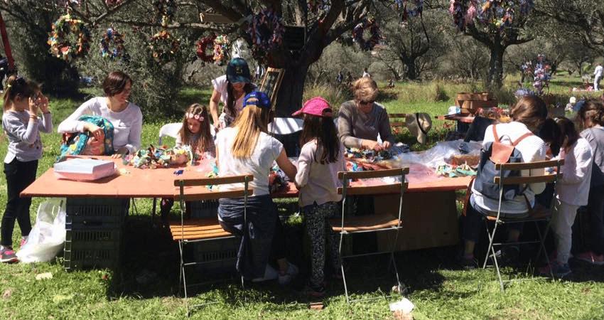 merimna.org.gr παιδιά της Μέριμνας φτιάχνουν στεφάνια στην εξοχή  | YouBeHero