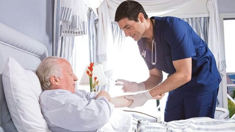 Νοσηλευτής του συλλόγου νοσηλεία προσφέρει υπηρεσίες κατ'οίκων σε ηλικιωμένο άνδρα | YouBeHero