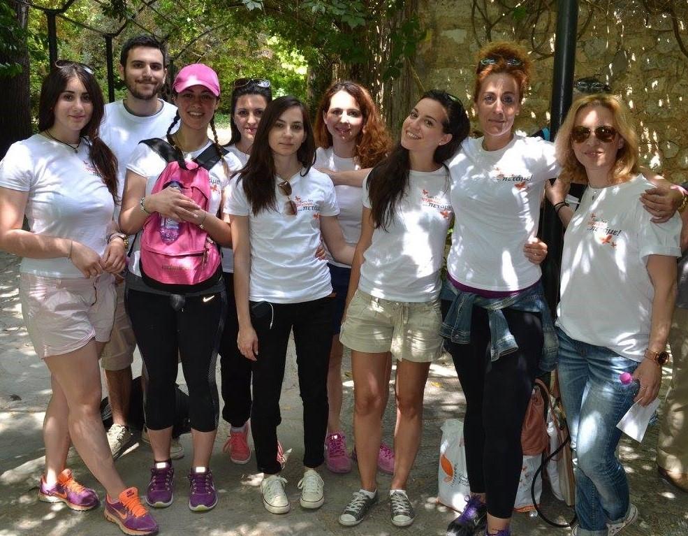osteocare.gr Σύλλογος Πεταλούδα ομάδα νέα παιδιά φωτογραφία μετά από δράση  | YouBeHero