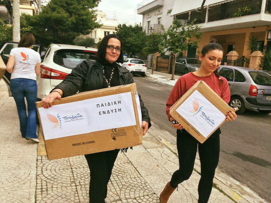 osteocare.gr Σύλλογος Πεταλούδα, εθελόντριες του συλλόγου κουβαλάνε είδη για βοήθεια όπως παιδική ένδυση και φαρμακευτικά είδη  | YouBeHero