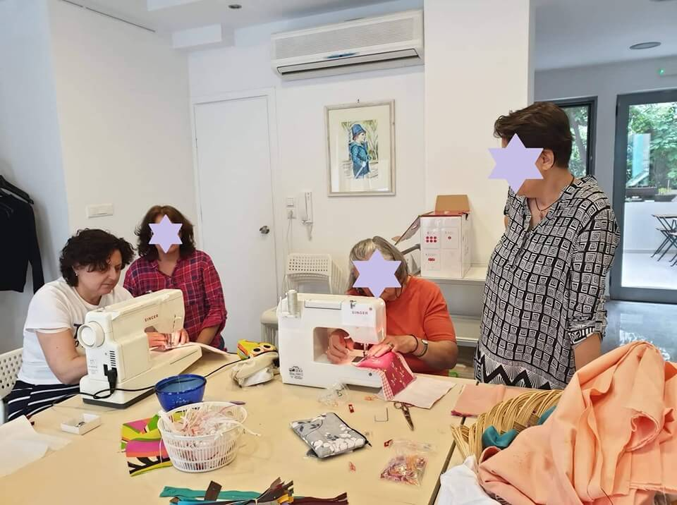 pnoiagapis γυναίκες σε διάφορες ασχολίες, ράβουν σε ραπτομηχανή υφάσματα | YouBeHero