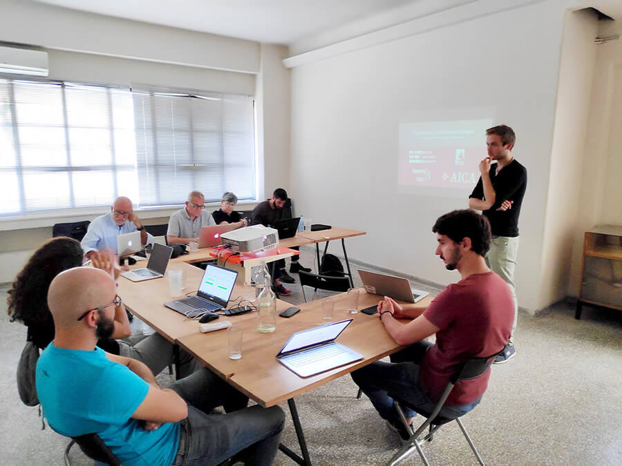 socialhackersacademy.org με μοναδικό κριτήριο τη γνώση αγγλικών δίνει λύση στο μακροχρόνιο πρόβλημα της ανεργίας, παρέχοντας ευκαιρίες εργασίας σε Έλληνες άνεργους αλλά παράλληλα συμβάλλει και στην ομαλή ένταξη προσφύγων και μεταναστών στην Ελλάδα | YouBeHero
