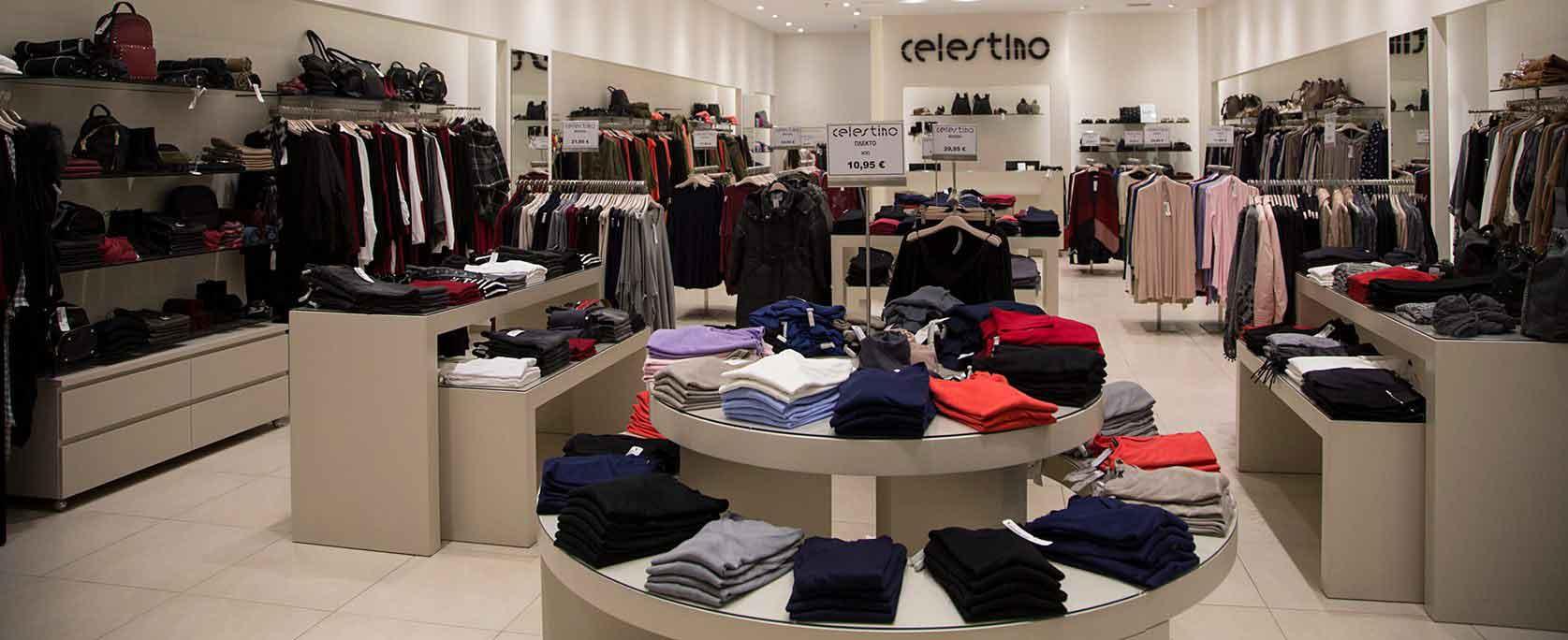 Στο εσωτερικό ενός Καταστήματος Celestino βλέπουμε Ποικιλία Ρούχων, Τσαντών και Αξεσουάρ σε πληθώρα Χρωμάτων και Σχεδίων, και σε πολύ Χαμηλές Τιμές! | YouBeHero
