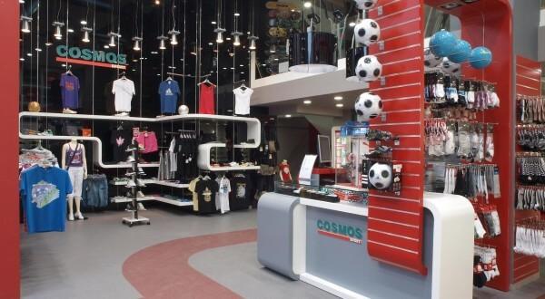 Στο εσωτερικό ενός απο τα Καταστήματα του cosmossport βλέπουμε πλούσια συλλογή απο Ποδοσφαιρικές Μπάλες, Κάλτσες, tshirt, Παπούτσια και άλλα Αθλητικά είδη. | YouBeHero
