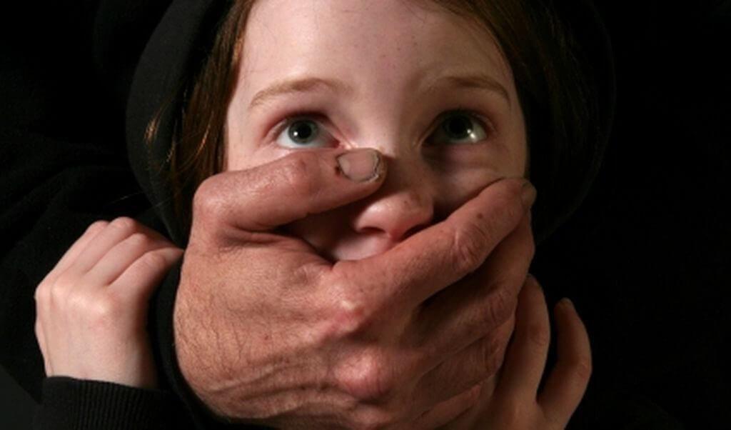 χέρι ενηλίκου κλείνει στόμα κοριτσιού ΕΛΙΖΑ | YouBehero