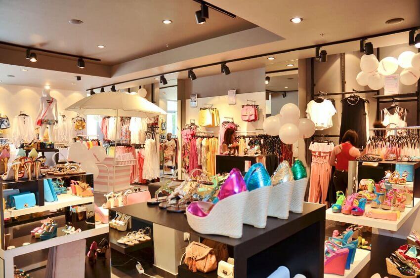 9aa0904ba7c Στο εσωτερικό ενός Καταστήματος FullahSugah βλέπουμε τεράστια ποικιλία απο  Σχέδια και Χρώματα σε Ρούχα, Παπούτσια