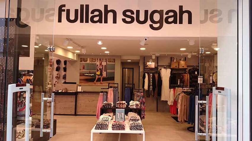 Στο εσωτερικό του Fullasugah παρουσιάζονται Γυναικεία Ρούχα, όπως Μπλούζες, Παπούτσια, Τσάντες και άλλα | YouBeHero