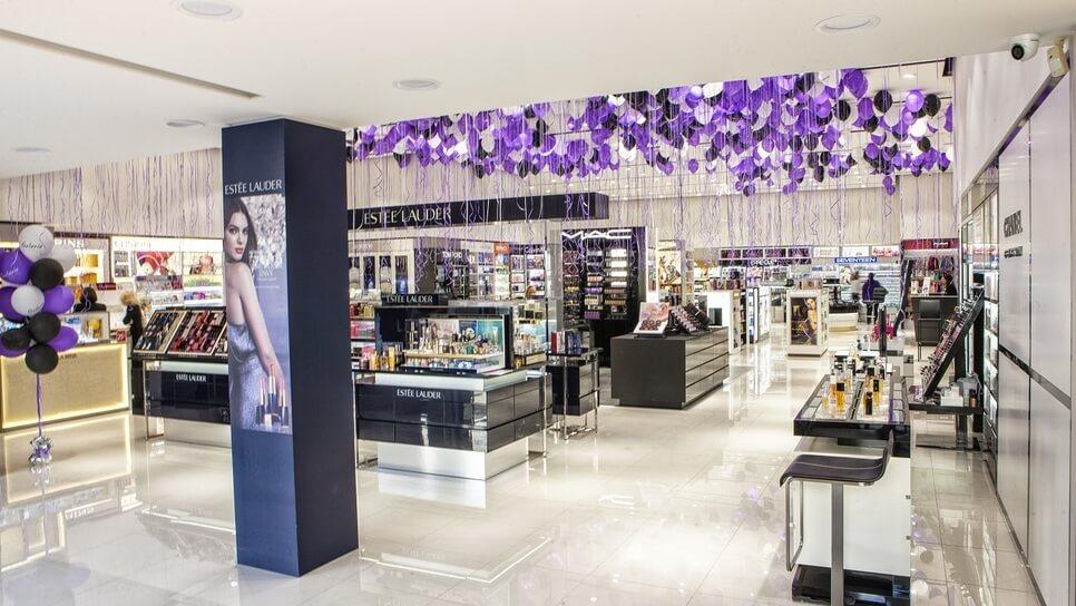 Στο εσωτερικό του καταστήματος βλέπουμε μεγάλη συλλογή καλλυντικών της Estee Lauder | YouBeHero