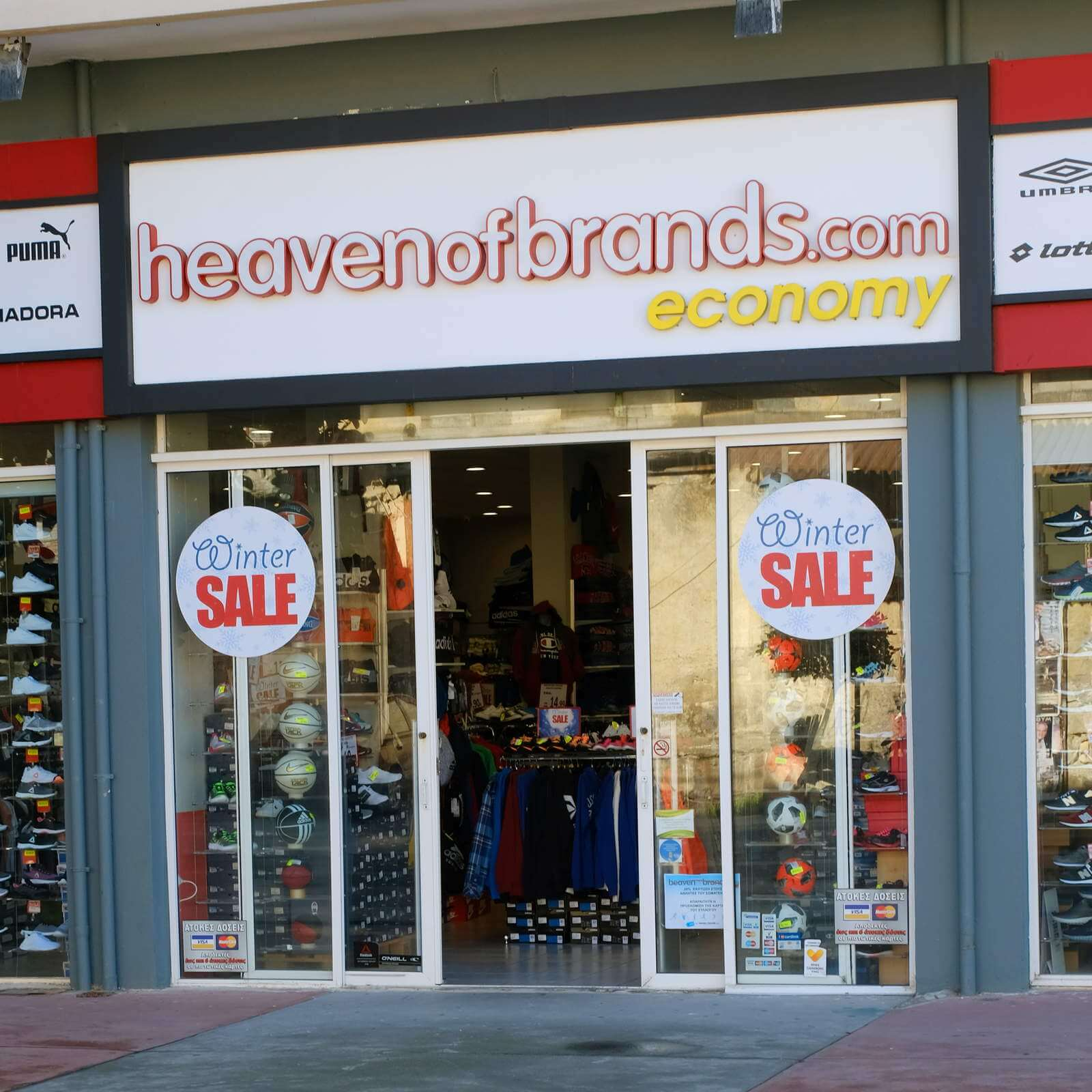 Στο Κατάστημα του Heaven Of Brands διακρίνουμε Φόρμες, Ποδοσφαιρικές Μπάλες, Παπούτσια και άλλα σε μεγάλες προσφορές.   YouBeHero