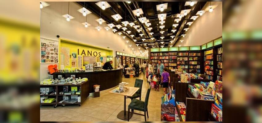 Στο εσωτερικό του Βιβλιοπωλείου Ιανός βλέπουμε πληθώρα Βιβλίων. | YouBeHero