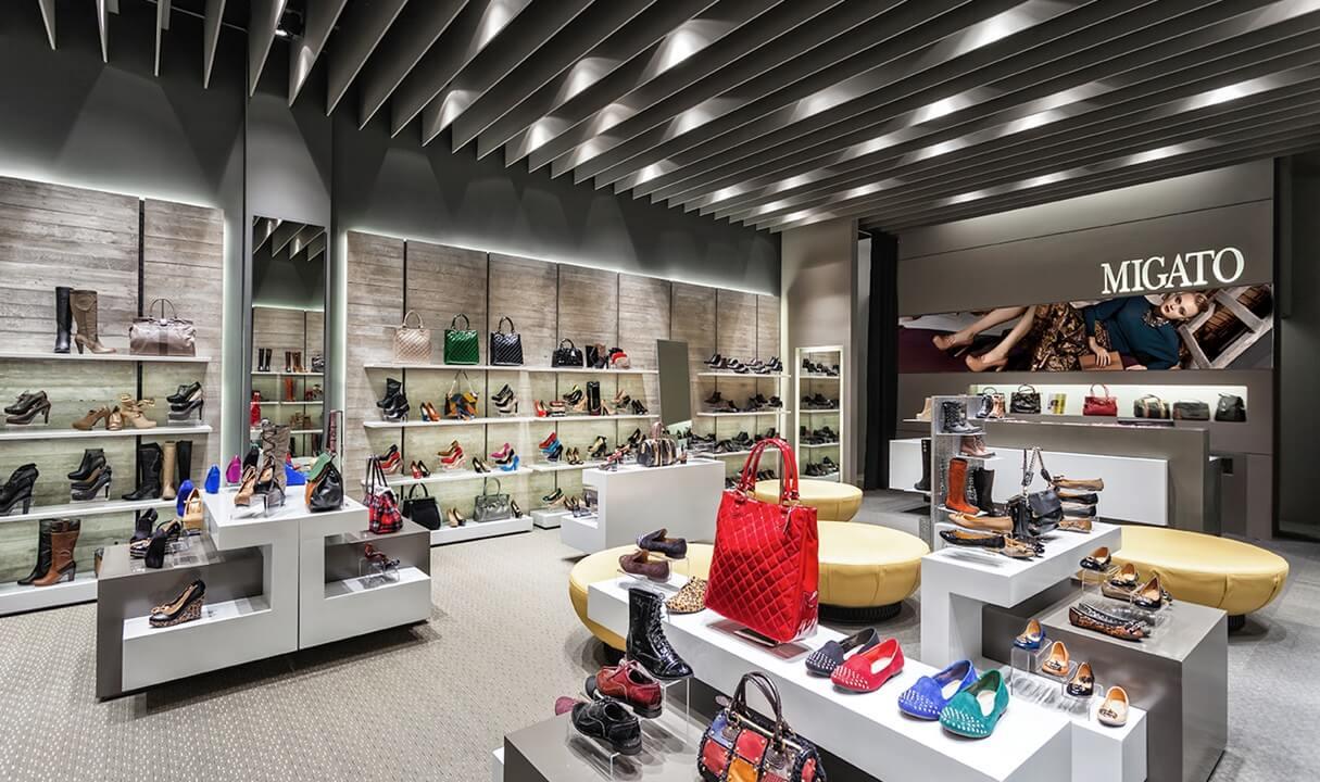 Στο κατάστημα του migato βλέπουμε μεγάλη γκάμα απο παπούτσια και τσάντες σε πολύχρωμα σχέδια | YouBeHero