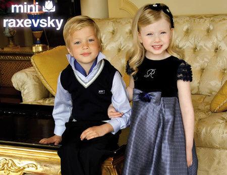 Αγοράκι και κοριτσάκι φοράνε ρούχα σε μπλέ χρώματα απο συλλογή του miniraxevsky. | YouBeHero