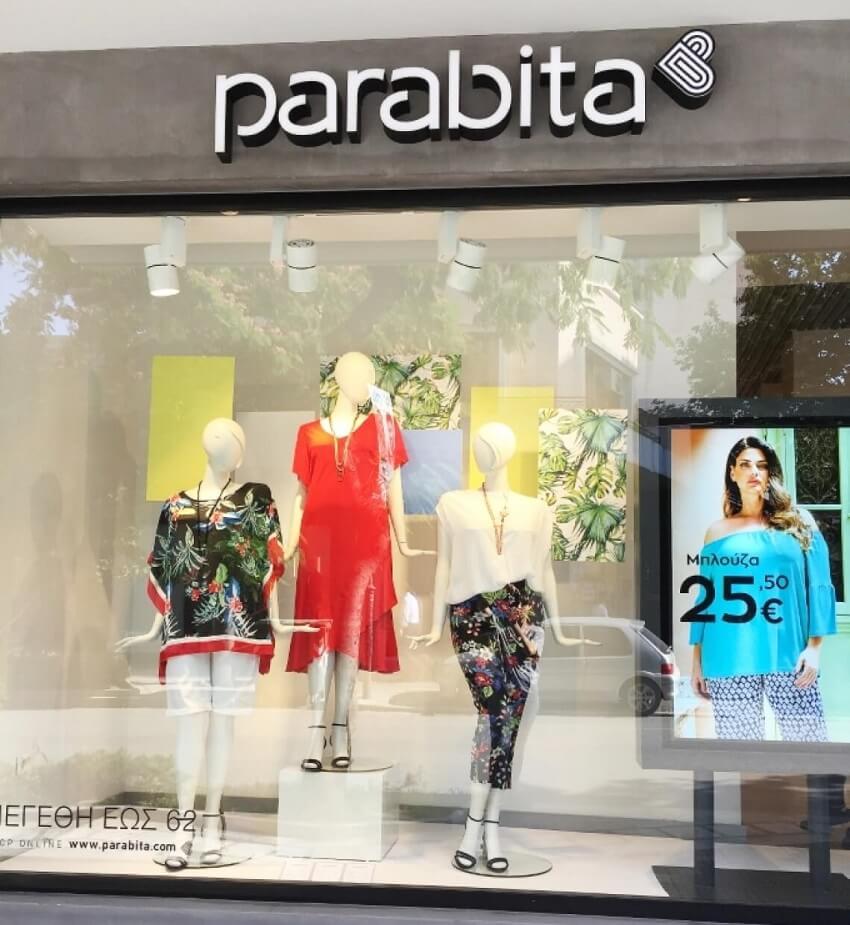 Στην βιτρίνα του καταστήματος parabita προβάλλονται γυναικεία ρούχα σε διάφορα σχέδια και χρώματα | YouBeHero
