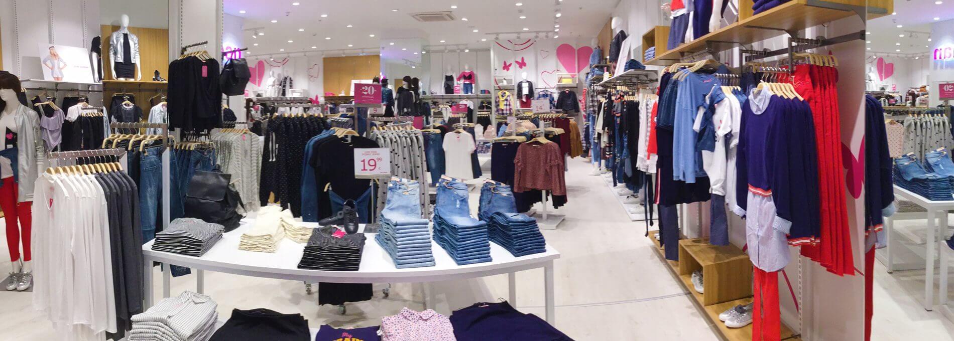 Στο εσωτερικό του καταστήματος Pink Woman προβάλλεται πλούσια ποικιλία απο παντελόνια, μπλούζες, πουκάμισα και άλλα | YouBeHero