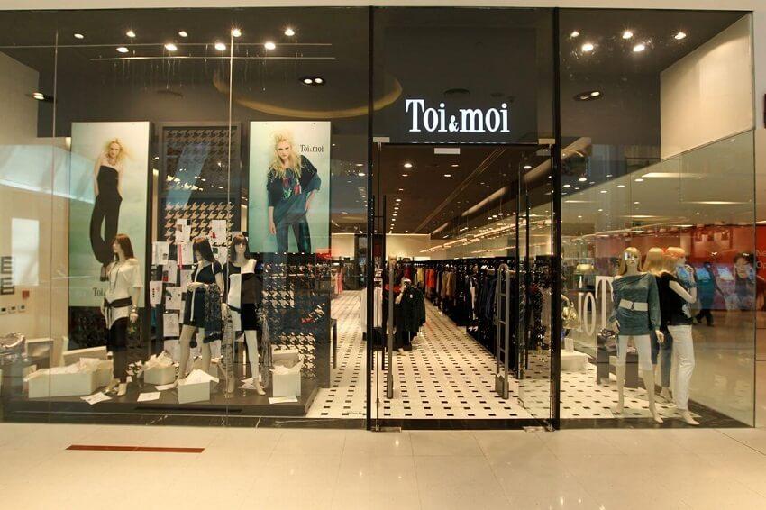 Σε ένα απο τα καταστήματα toi&moi προβάλονται ρούχα, παπούτσια και αξεσουάρ σε μεγάλη ποικιλία σχεδίων | YouBeHero