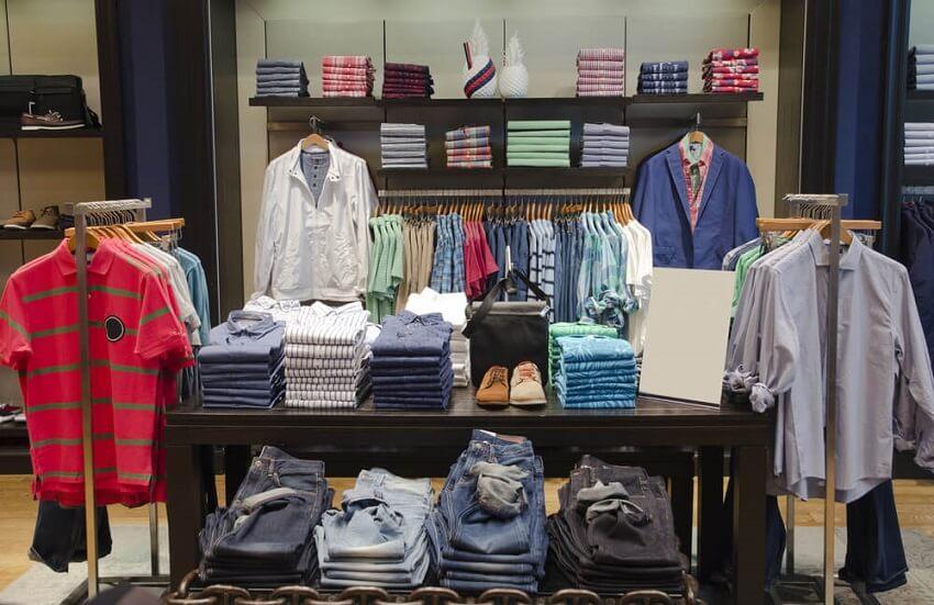 Πουκάμισα, μπλούζες, τζίν και παπούτσια παρουσιάζονται στο κατάστημα ToRouxo | YouBeHero