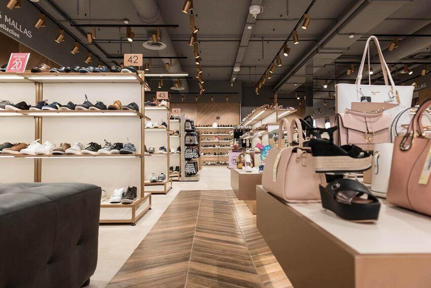Στο κατάστημα του Tsakiris Mallas shoes προβάλεται μεγάλη ποικιλία απο παπούτσια και τσάντες | YouBeHero