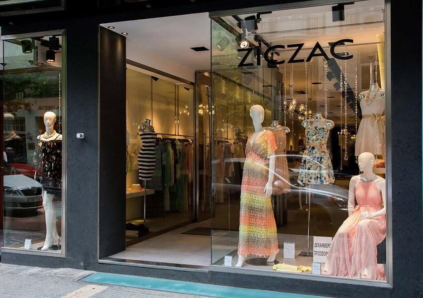 Στην βιτρίνα βλέπουμε Μπλούζες με βολάν, ψηλόμεσα παντελόνια, μάξι φούστες, ημίπαλτο σε όμορφους χρωματισμούς   YouBeHero